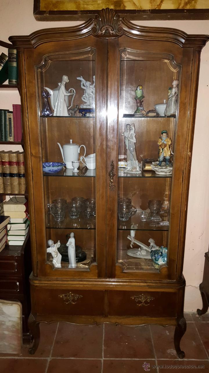 Vitrina en madera de nogal con adorno de concha comprar - Imagenes de vitrinas de madera ...