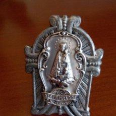 Antigüedades: MEDALLA CON SOPORTE NUESTRA SEÑORA DE LOS DESAMPARADOS VALENCIA. Lote 54163777