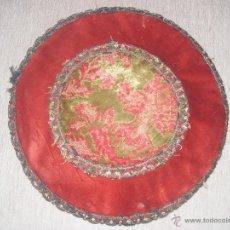 Antigüedades: TAPETE REDONDO TERCIOPELO BROCADO PASAMANERIA - 29 CM DIAMETRO. Lote 54220291