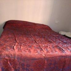 Antigüedades: COLCHA ANTIGUA ADAMASCADA, CHINESCA CON FLECO. Lote 46046776