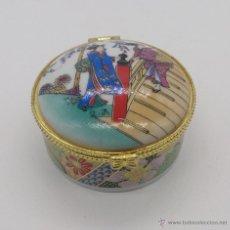Antigüedades: CAJITA JOYERO ANTIGUA EN PORCELANA JAPONESA CON GEISHAS POLICROMADAS ESTILO ORIENTAL TRADICIONAL .. Lote 54300791