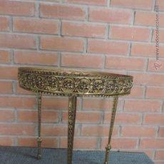 Antigüedades: PRECIOSA MESITA AUXILIAR EN BRONCE REDONDA Y TRIPOIDE. Lote 121190214