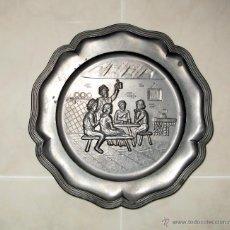 Antigüedades: PLATO DE PELTRE EN RELIEVE.REPRESENTA UNA ESCENA DE PAISANOS EN UNA BODEGA BEBIENDO. Lote 54308654