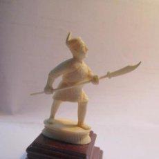 Antigüedades: FIGURA DE SOLDADO ORIENTAL, TALLADA EN MARFIL. PEANA DE MADERA. 8,5 CMS. ALTURA CON PEANA.. Lote 54317508