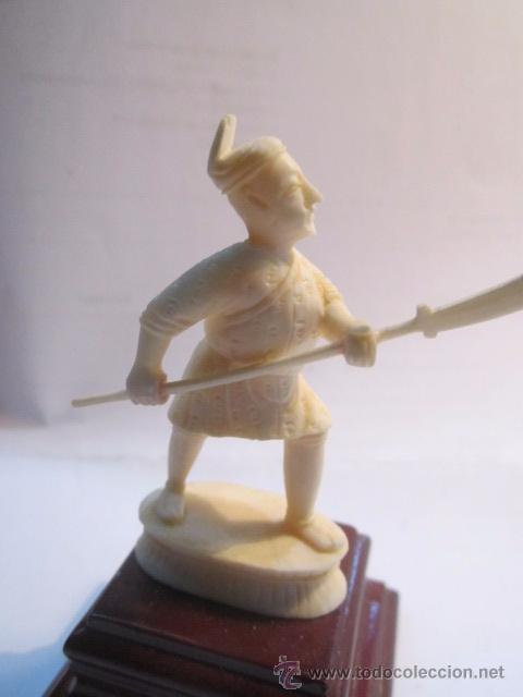 Antigüedades: Figura de soldado oriental, tallada en marfil. Peana de madera. 8,5 cms. altura con peana. - Foto 2 - 54317508