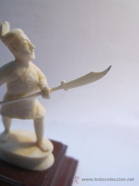 Antigüedades: Figura de soldado oriental, tallada en marfil. Peana de madera. 8,5 cms. altura con peana. - Foto 3 - 54317508