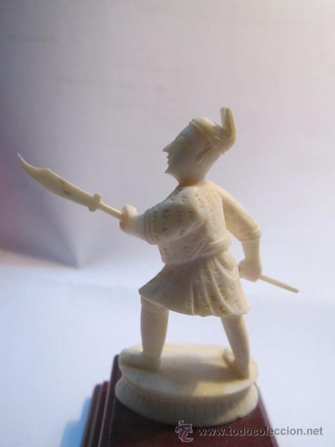 Antigüedades: Figura de soldado oriental, tallada en marfil. Peana de madera. 8,5 cms. altura con peana. - Foto 4 - 54317508