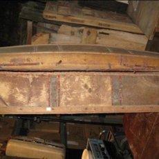 Antigüedades: BAÚL ANTIGUO DE MADERA CON CANTONERAS Y TACHUELAS. Lote 34642881