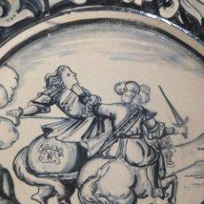 Antigüedades: GRAN PLATO CERÁMICA CATALÁN CON LUCHA DE CABALLEROS A CABALLO SIGUIENDO MODELO DEL S. XVIII. Lote 54333339
