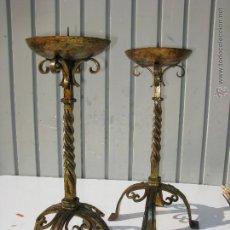 Antigüedades: CANDELABROS DE HIERRO FORJADO ANTIGUOS DORADOS CON PAN DE ORO ENVEJECIDO. Lote 45621500