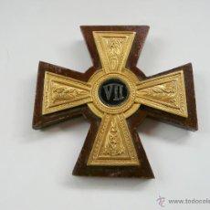 Antigüedades: ANTIGUA CRUZ DE BRONCE SOBRE MADERA PARA COLGAR. Lote 54352663