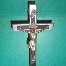 Antigüedades: CRUCIFIJO DE METAL Y MADERA CON PEANA. Lote 54377034