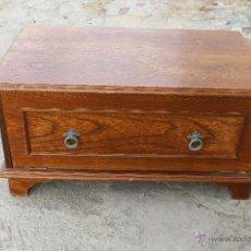 Antigüedades: MUEBLE PARA LA TELEVISION CON CAJON DE BANDEJA CORREDERA. Lote 54381629