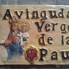 Antigüedades: ESTUPENDA PLACA CERÁMICA NOMBRE DE CALLE. AVINGUDA VERGE DE LA PAU. FIRMA ARFILLI PIÑERO. 44 X 33 CM. Lote 54400091