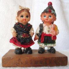Muñecas Españolas Modernas: MUÑECA MUÑECO PAREJA TRAJE REGIONAL ASTURIAS CERÁMICA SOBRE PEANA MADERA. Lote 54443099