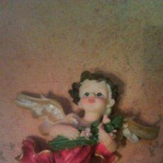 Antigüedades: PRECIOSO ANGELITO CON FLORES EN LAS MANO. RESINA. Lote 54476885