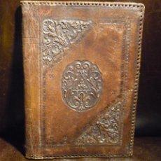 Antigüedades: ESPECTACULAR CUBIERTA DE LIBRO EN CUERO REPUJADO. FIRMADA L.B.A. CIRCA 1920. Lote 54486546