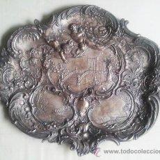 Antigüedades: BANDEJA ANTIGUA CON RELIEVES DE ANGELES Y PAISAJES. DE METAL PLATEADO. 22,5 X 29 CMS. VELL I BELL. Lote 54500975