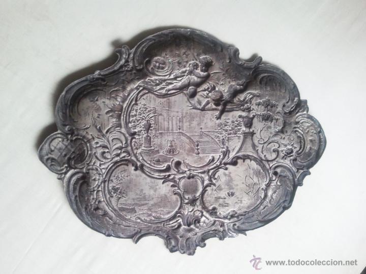 Antigüedades: Bandeja antigua con relieves de angeles y paisajes. De metal plateado. 22,5 x 29 cms. Vell i Bell - Foto 2 - 54500975