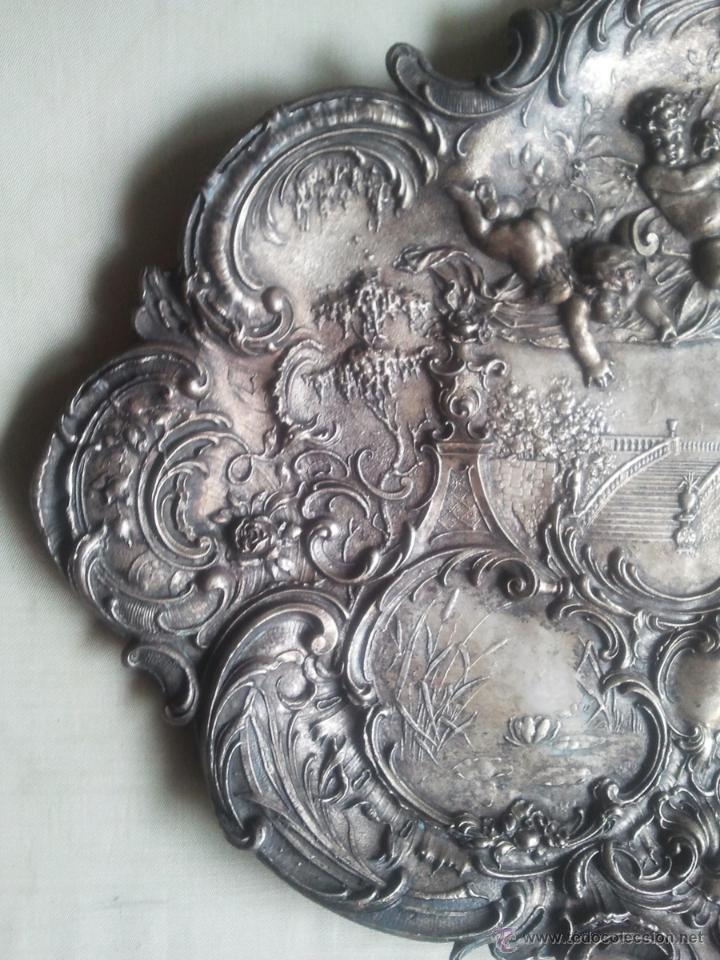 Antigüedades: Bandeja antigua con relieves de angeles y paisajes. De metal plateado. 22,5 x 29 cms. Vell i Bell - Foto 3 - 54500975