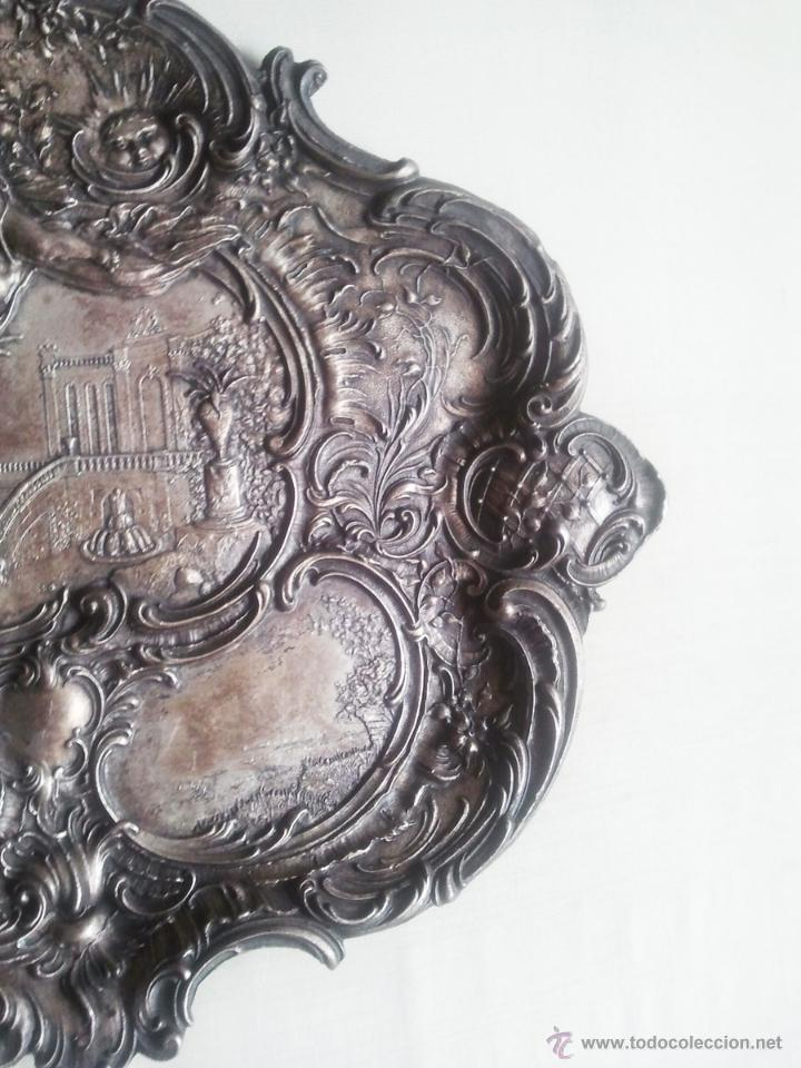 Antigüedades: Bandeja antigua con relieves de angeles y paisajes. De metal plateado. 22,5 x 29 cms. Vell i Bell - Foto 4 - 54500975