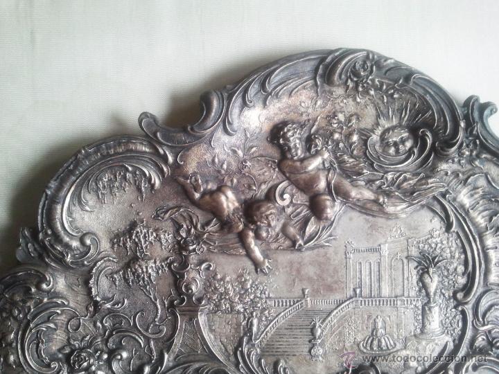 Antigüedades: Bandeja antigua con relieves de angeles y paisajes. De metal plateado. 22,5 x 29 cms. Vell i Bell - Foto 5 - 54500975