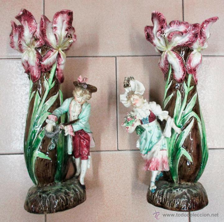 dos jarrones de cermica decorados con motivos florales con pareja hombre mujer ataviados de epoca