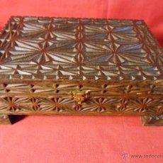 Antigüedades: ANTIGUA CAJA DE MADERA TALLADA CIGARRERA MUSICAL FUNCIONANDO.. Lote 54593662