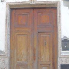Antigüedades: PUERTA DE CASA ANTIGUA MADERA MOBILA GRANDES PUERTAS ANTIGUAS. Lote 54595836