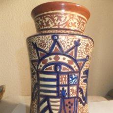 Antigüedades: ALBARELO O BOTE DE FARMACIA REFLEJO METÁLICO CERAMICA MANISES CON ESCUDO HERALDICO . Lote 54622500