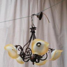 Antigüedades: LAMPARA DE TECHO CON 5 LUCES EN METAL CON TULIPAS DE CRISTAL. Lote 54645325