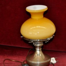 Antigüedades: PRECIOSA LAMPARITA DE SOBREMESA EN PLATA Y TULIPA EN OPALINA. CIRCA 1940. Lote 54649371