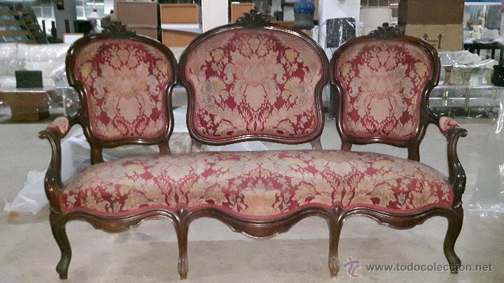 Tresillo de madera antiguo tapizado en rojo con comprar for Sillones antiguos tapizados