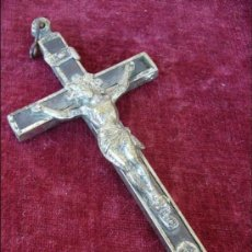 Antigüedades: CRUCIFIJO ANTIGUO DE METAL PLATEADO Y MADERA. Lote 27908762