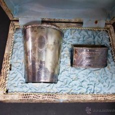 Antigüedades: ANTIGUO JUEGO DE VASO Y SERVILLETERO EN ALPACA ESTUCHE ORIGINAL. Lote 54778671