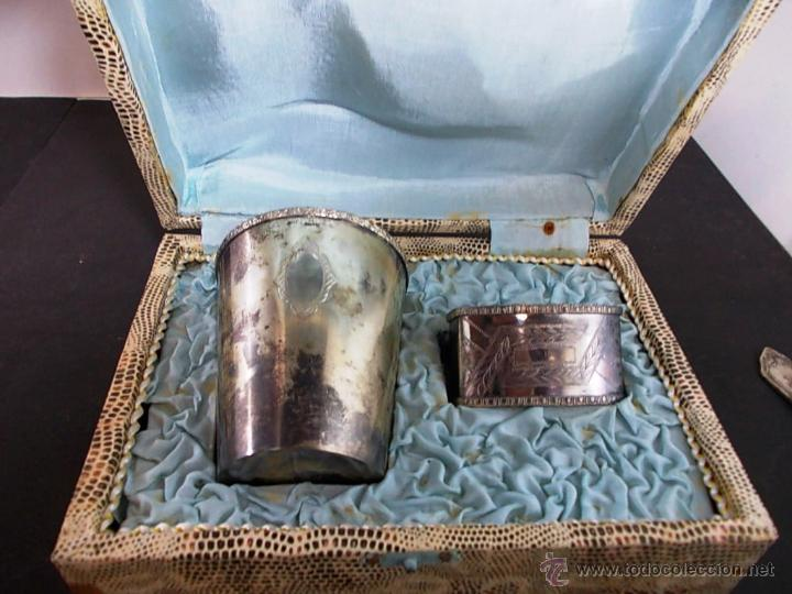 Antigüedades: ANTIGUO JUEGO DE VASO Y SERVILLETERO EN ALPACA ESTUCHE ORIGINAL - Foto 2 - 272029853