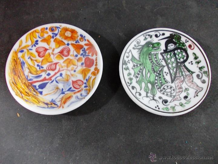 LOTE DE DOS PLATITOS MINIATURA DE CERAMICA DECORADA (Antigüedades - Porcelanas y Cerámicas - Otras)