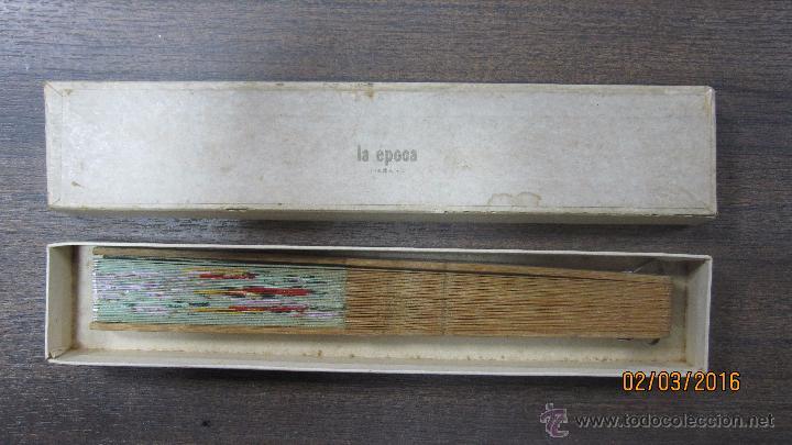 Antigüedades: ABANICO DE MADERA CON MOTIVOS FLORALES PINTADOS Y ADORNOS EN NACAR. VER FOTOS. - Foto 3 - 54782282