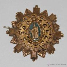 Antigüedades: MR090 BROCHE CON IMAGEN DE LA VIRGEN Y EL NIÑO. METAL DORADO Y ESMALTE. ESPAÑA. PRINC. S. XX. Lote 54389216