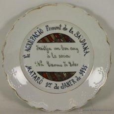 Antigüedades: PLATO EN PORCELANA POLICROMADA DE OVIEDO. AGRUPACION FOMENTO DE LA SARDANA. 1915.. Lote 54558961