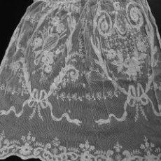 Antigüedades: CUBRECAMA PARA CUNA GRANDE O CAMA INDIVIDUAL.TUL ALGODÓN BORDADO. EPAÑA. XIX-XX.. Lote 53765341