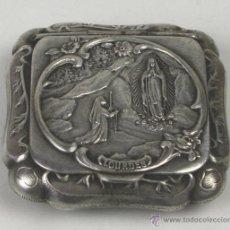 Antigüedades: POLVERA EN METAL PLATEADO. CON MOTIVOS RELIGIOSOS. LOURDES-FRANCIA. SIGLO XX.. Lote 53253347