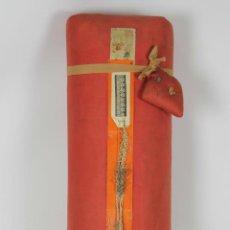 Antigüedades: ALMOHADILLA PARA BOLILLOS EN PAJA COMPACTA CON FUNDA Y 16 BOLILLOS EN MADERA DE BOJ. SIGLO XX.. Lote 53293745