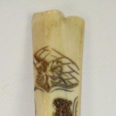 Antigüedades: BASTON EN MADERA LACADA. EMPUÑADURA EN HUESO TALLADO Y METAL. SIGLO XIX.. Lote 51664595