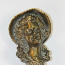 Antigüedades: BASTON EN MADERA. EMPUÑADURA CON BUSTO DE JOVEN EN METAL. CIRCA 1950.. Lote 51667748
