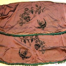 Antigüedades: ORNAMENTACIÓN DE CORTINAS. RASO DE SEDA BORDADO. TERCIOPELO. ESPAÑA. XIX.. Lote 50243680