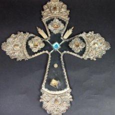Antigüedades: CRUZ EN METAL CINCELADO Y CHAPÀDO EN PLATA. CRISTAL RELIQUIAS. ESPAÑA. XVIII-XIX. Lote 49528860