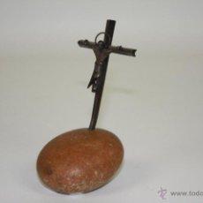Antigüedades: CRUZ DE PLATA. PLATA DE LEY CINCELADA A MANO. SOBRE PIEDRA. ESPAÑA. XX.. Lote 48156585