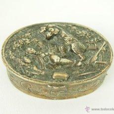 Antigüedades: CAJITA PASTILLERO. PLATA DE LEY PUNZONADA. CINCELADA A MANO. SIGLO XIX-XX.. Lote 46796986