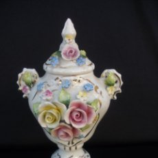Antigüedades: JARRON ART DECO EN PORCELANA ALEMANA CON FLORES EN RELIEVE OK & CO GERMANY SHABBY CHIC. Lote 54838922